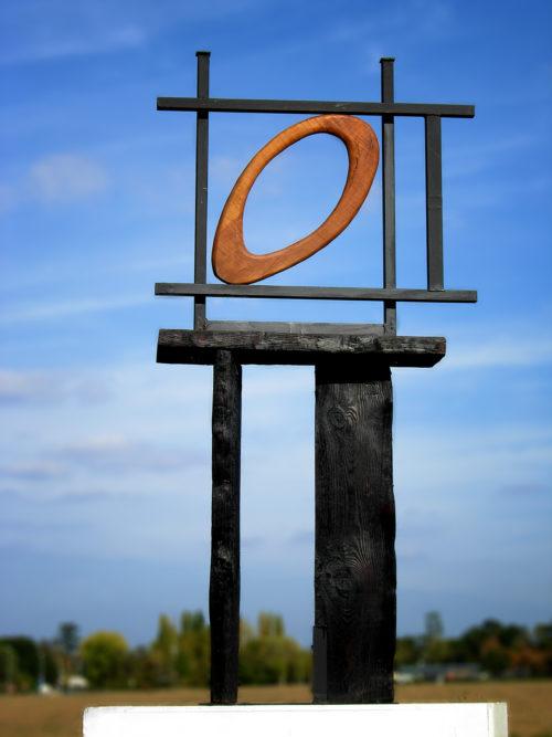 NI CADRE NI CERCLE / NEITHER FRAME NOR CERCLE, bois et métal, 170cm x 70cm x 30cm