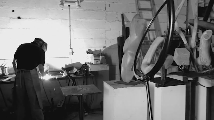Sculpteur Shaftai en train de travailler